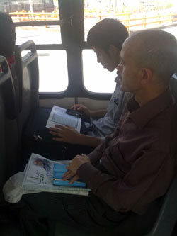 فرد نزدیک تر به دوربین هم تا ثانیه هایی قبل داشت روزنامه می خواند.